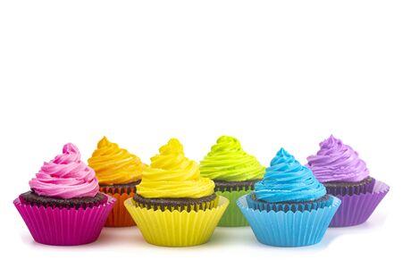 Regenbogenfarbene Frosted Chocolate Cupcakes isoliert auf weißem Hintergrund Standard-Bild