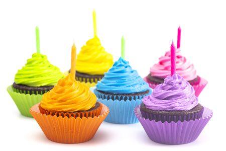 Regenboogkleurige Frosted Chocolate Cupcakes geïsoleerd op een witte achtergrond Stockfoto