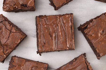 Brownies double chocolat maison sur un comptoir en marbre