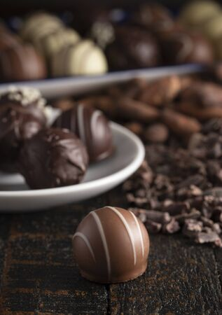 A Moody Image of Chocolate Truffles on a Rustic Wooden Table 版權商用圖片