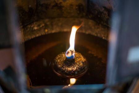 resplandor: Blaze en el aceite en el templo de Tailandia
