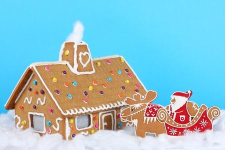 Gingerbread casa con Babbo Natale sulla slitta di renna