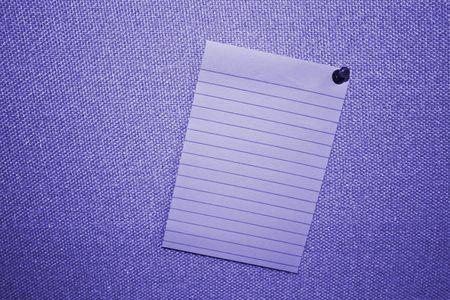 Blue lege Post-it Note op stof bord met Push pins Stockfoto