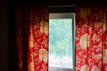 cortinas rojas: Una imagen de viejas cortinas rojas de la vendimia.