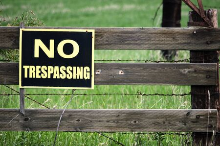 prohibido el paso: Una imagen de una señal de NO pasar en una valla de madera. Foto de archivo