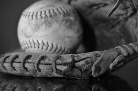 guante de beisbol: Una imagen de un viejo b�isbol y un guante de b�isbol.