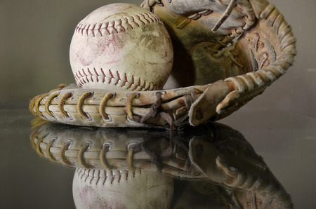 guante de beisbol: A side view image of an old baseball and baseball glove.