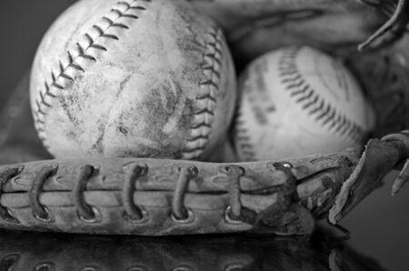 guante de beisbol: Una imagen vista lateral de un viejo b�isbol y un guante de b�isbol.