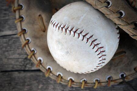 guante beisbol: Una vista de la imagen superior de un viejo b�isbol y un guante de b�isbol.