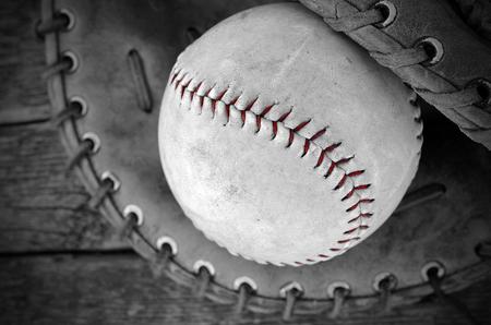 guante de beisbol: Una vista de la imagen superior de un viejo b�isbol y un guante de b�isbol.