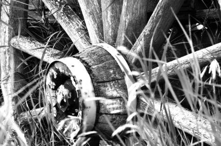 carreta madera: Una imagen en blanco y negro de una vieja rueda de carro de madera. Foto de archivo
