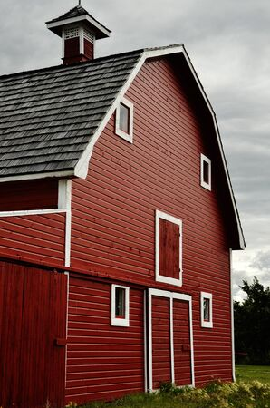 An image of the front of a big red barn. Фото со стока