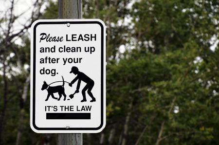 溶出の犬を保つために、それらの後をクリーンアップするを示す道路標識のイメージ。