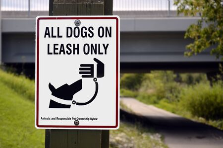 An image of a sign which indicates all dogs must be on a leash. Banco de Imagens