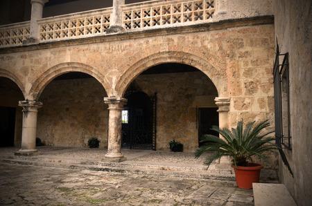 arcos de piedra: Una imagen parcial de un patio de piedra y arcos de piedra.