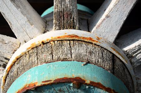 carreta madera: Una imagen abstracta de una vieja rueda de carro de madera.