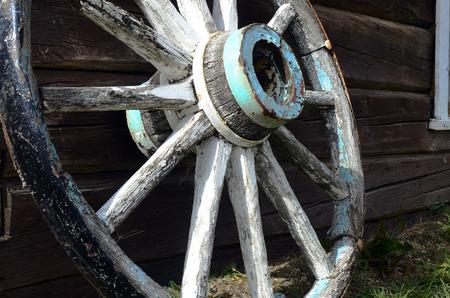 carreta madera: Una imagen de una vieja rueda de carro de madera.