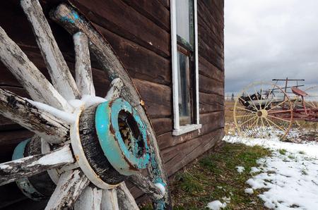 carreta madera: Una imagen abstracta de una vieja rueda de carro de madera antigua. Foto de archivo