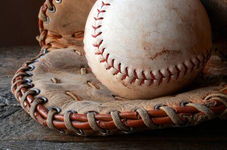 古い使用される野球と野球グローブのイメージに近い。