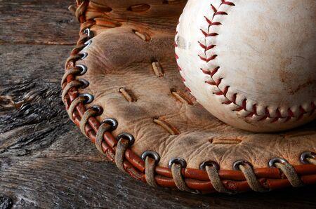 古い使用された野球および革野球グローブのイメージに近い。 写真素材