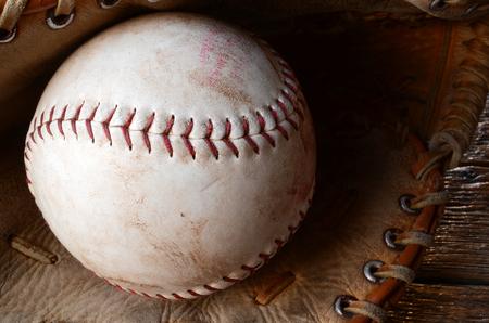 古い使用される野球の革野球グローブ トップ ビュー イメージです。