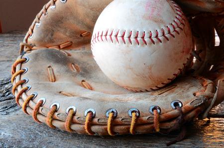 古い使用される野球の革野球グローブ ローアングル画像。
