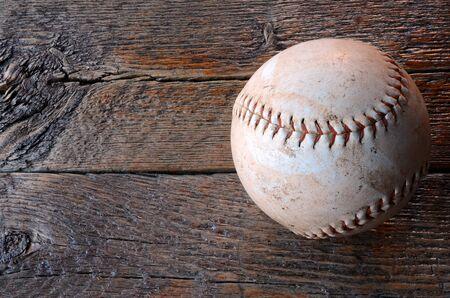 樹木が茂った表面に古い使用革野球のトップ ビュー イメージ。