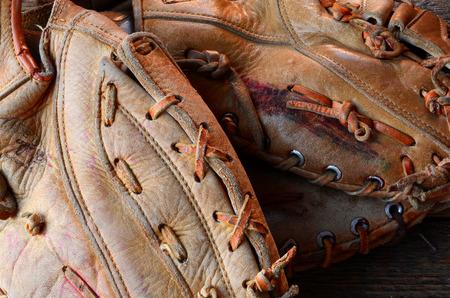 2 つの使用の野球グローブの抽象的なイメージ。
