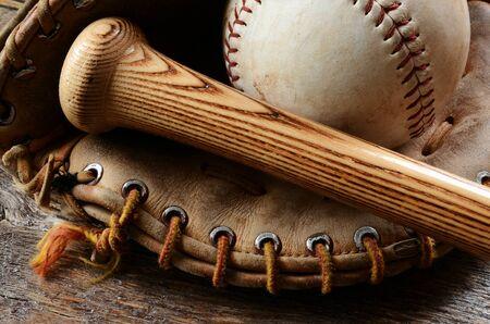 古い使用される野球のグローブとバットのイメージに近い。 写真素材