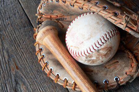 イメージに近い昔の野球用具を使用しました。 写真素材
