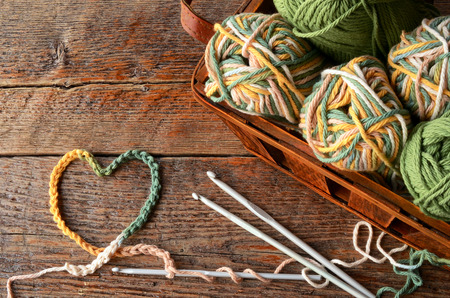 A top view image of crochet yarn, crochet hooks, and hand made granny squares. Stok Fotoğraf - 72828202