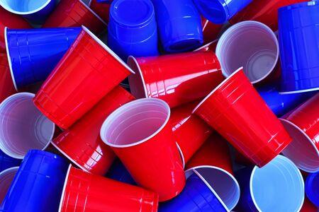 Rode en blauwe plastic drinkbekers
