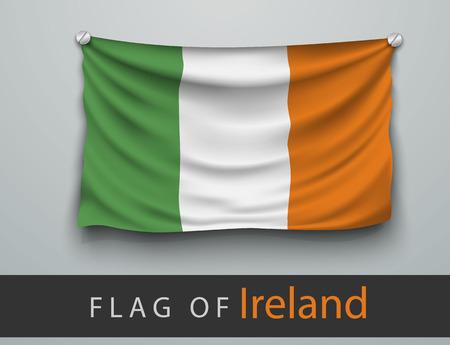 bandera irlanda: Bandera de Irlanda golpeada, colgada en la pared, atornillado tornillos