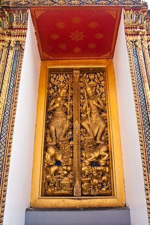 Grabar la puerta en gran palacio del Tailandia Foto de archivo - 7083470