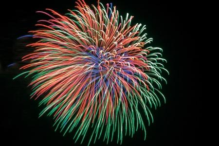 祭典の間に夜に花火