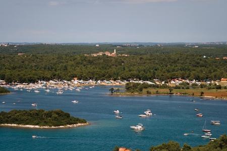 港の眺め、Vrsar 鐘タワーからのキャンプ、フンタナ村、島および贅沢なヨット