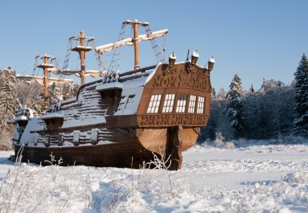 ビンテージ帆船、晴れた日に覆われている船尾の雪
