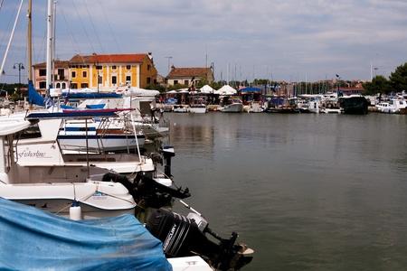 retained: Novigrad, Croacia - 08 de agosto 2011 - Yachts y el motor anclado en el puerto del popular centro tur�stico de verano de Istria. Ciudad ha conservado su estructura medieval y el dise�o.