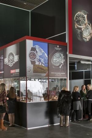 KIEV, Ukraine - Novembre 17: visite des visiteurs Victorinox, Wenger montres Timex et stand à l'automne Bijoutier Exposition Expo à KyivExpoPlaza Exhibition Center le 17 Novembre 2011 à Kiev, en Ukraine. Banque d'images - 11652941
