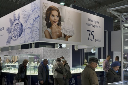 KIEV, Ucrania - 17 de noviembre: visita de los visitantes Kiev Jewelry Factory (fundada en 1936) el stand durante la exposición Expo Otoño Joyero en KyivExpoPlaza Centro de Exposiciones el 17 de noviembre de 2011 en Kiev, Ucrania. Foto de archivo - 11691586