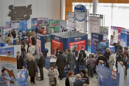 Sudak, Ucrania - 04 de abril: Los médicos visitan las cabinas de las compañías farmacéuticas locales e internacionales durante una de las mayores conferencias Neurólogos médicos en Ucrania el 04 de abril 2012 en Sudak, Crimea, Ucrania. Foto de archivo - 13789487