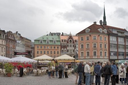 リガ、ラトビア - 6 月 2 日: 認識されていない観光ドーム広場 Riga、ラトビアで 2012 年 6 月 2 日に。ドーム広場のリガ旧市街の中心であると見なされ