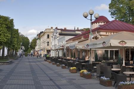 Jurmala, Letonia - 02 de junio: Los peatones caminar por la calle Jomas en día de verano, el 2 de junio de 2012 en Jurmala, Letonia. Jomas Street Jurmala en una de las calles más céntricas y antiguas de Jurmala con restaurantes, terrazas de verano, hoteles y cafeterías. Foto de archivo - 14312044