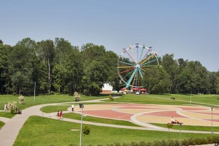 sigulda: Sigulda, Letonia - 27 de julio: la gente no reconocidos que se divierten en el parque de atracciones Tarzanes el 27 de julio de 2012 en Sigulda, Letonia.
