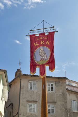 central square: Krk, Croazia - 11 agosto: Bandiera con stemma della citt� di Krk sulla piazza centrale il 11 agosto 2012 a Krk, Croazia. Citt� di Krk si trova sulla costa sud-occidentale dell'isola di Krk e hanno circa 3000 anni di storia.