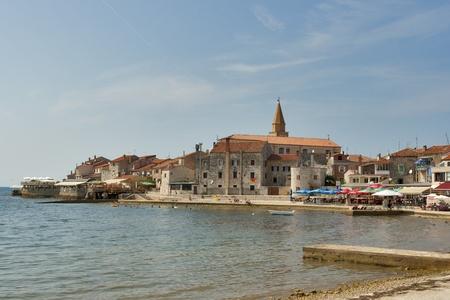 UMAG, 크로아티아 - 8 월 15 일 : 사람들은 우마 그, 크로아티아 2012년 8월 15일에 지중해 마을의 해변에서 휴식을해야합니다. 우마는 클레이 코트에 연간
