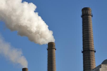 Fumar pipas de edad contaminaci?zul cielo Foto de archivo - 17941029