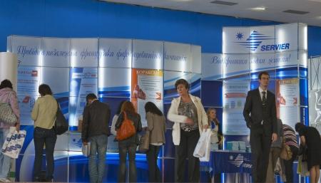 キエフ, ウクライナ - 9 月 27 日: 医師訪問 Servier 所私有のフランスの製薬会社ブース XIII 国民議会循環器 2012 年 9 月 27 日にキエフ、ウクライナでの間