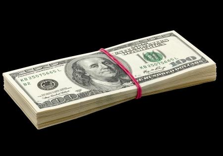 10000 달러짜리 팩. 검은 배경에 고립.
