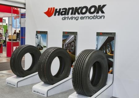 Hankook neumáticos de Corea del Sur cabina empresa en exhibición en el 20ST Kiev SIA Internacional del Automóvil de 2012 el 25 de mayo de 2012 en Kiev, Ucrania. El grupo de Hankook Tire es una empresa de neumáticos con sede en Seúl, Corea del Sur. Se trata de la séptima compañía de neumáticos más grande del mundo. Foto de archivo - 18603906